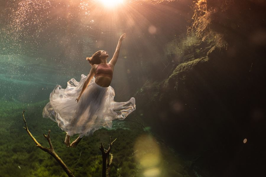 Beneath the waves | An interview with underwater portrait artist Lexi Laine